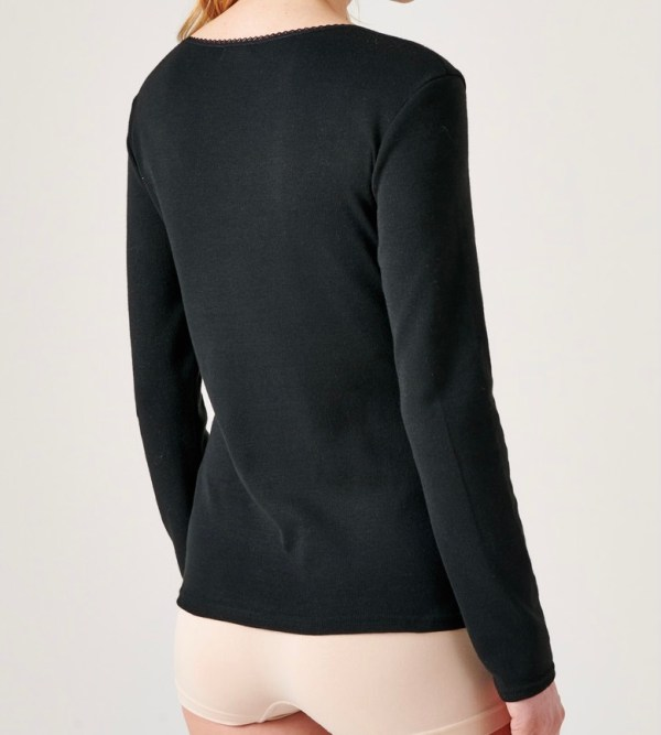 Le tee-shirt en fibreThermolactyl Manches Longues. Il est ornés d'une guipure raffinée au niveau du décolleté. C'est un tee-shirt très confortable à porter et qui tient chaud grâce à sa composition pur coton. Il est parfait a mettre en dessous de vos pulls ou chemises lorsque le temps se refroidit, il n'a pas de couture sur les côtés, ce qui le rend d'une discrétion sans pareille... C'est un INDISPENSABLE pour rester au chaud tout l'hiver. Tee-shirt testé et approuvé par nos clients . + Son plus : Il passe au sèche-linge Composition : 100% coton peigné DAMART