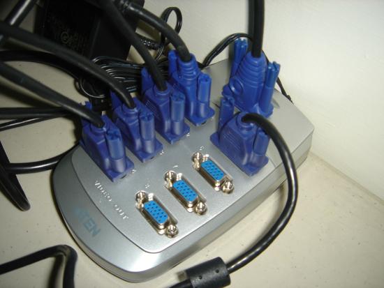 桌上型電腦主機同時接五臺螢幕顯示 ATEN Video Splitter VS88 | 高雄電腦維修