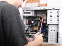 Conserto e substituição de peças em computadores