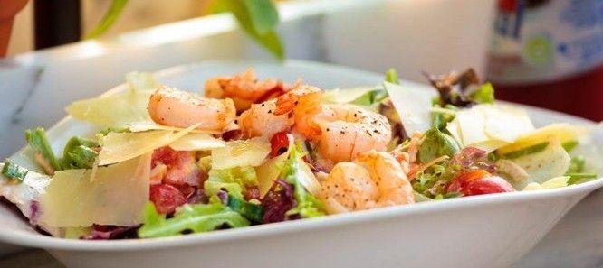 salada de camarões grelhados
