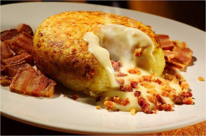 batata recheada com queijo e bacon salpicado