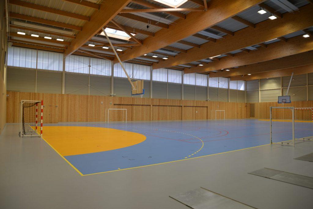 Terrain de basketball intérieur du gymnase d'Espalion