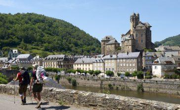 Marcheurs devant le château d'Estaing
