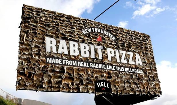 sacmalamanin-sinirlari-tavsan-billboard-reklam-panosu-ile-yeniden-cizildi-1-buyuk (1)