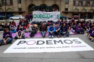 El-circulo-de-Podemos-de-Oviedo--reunido-delante-de-la-Estacion-de-Renfe-de-la-ciudad-