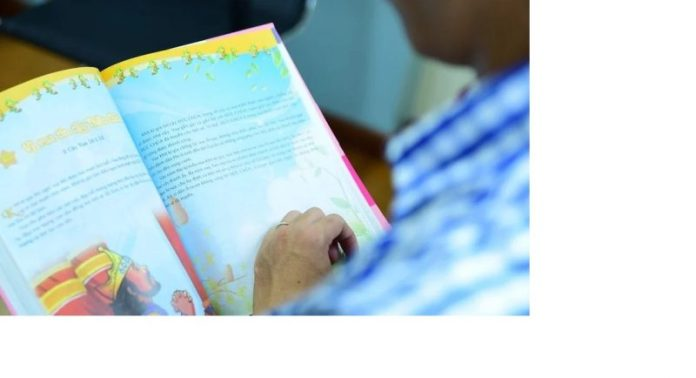 Cristão distribui bíblias no Vietnã