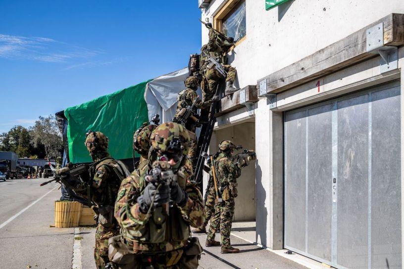 Svizzera-forze-speciali-fanno-irruzione-in-un-edificio