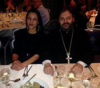 Archimandritis parroco di Firenze Nikolaos con la presidente FCCEI Nassis dopo il taglio della vasilopita