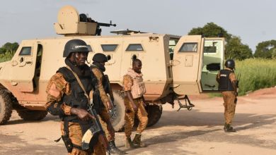 Mercredi matin, un important dispositif militaire entourait encore le camp Naba Koom 2, où s'étaient retranchés les hommes du RSP qui refusaient la reddition. CRÉDITS : SIA KAMBOU / AFP