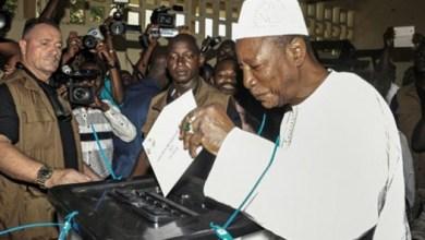 Le Président Alpha Condé vote à présidentielle du 11 octobre 2015
