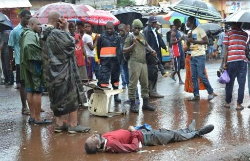 Un homme suspecté d'être mort du virus ebola, gît sur le sol le 21 août 2015 à Conakry | AFP/Archives | CELLOU BINANI
