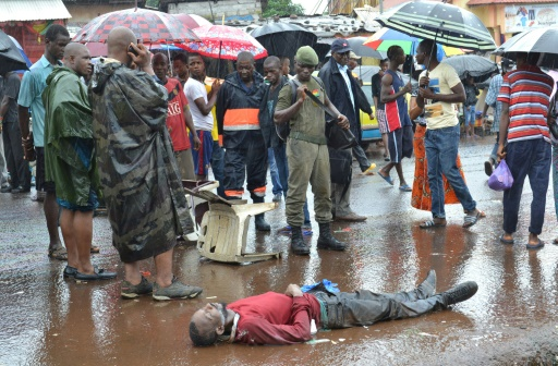 Un homme suspecté d'être mort du virus ebola, gît sur le sol le 21 août 2015 à Conakry   AFP/Archives   CELLOU BINANI