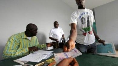 Un ancien rebelle touche sa prime de démobilisation en francs CFA le 2 mai 2008 à Bouaké, en Côte d'Ivoire | AFP/Archives | ISSOUF SANOGO