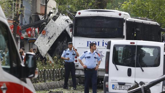 Des policiers sur les lieux de l'attentat à la voiture piégée contre la police à Istanbul, mardi 7 juin 2016. (OSMAN ORSAL / REUTERS)