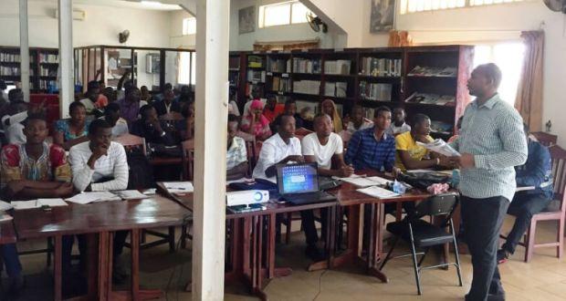 L'ambassade américaine à Conakry a une bibliothèque américaine à Sonfonia, à l'Université Général Lansana Conté, où les étudiants peuvent emprunter des livres et faire des recherches. Pendant l'été, des cours d'anglais y sont organisés trois jours par semaine, à raison de quatre heures par jour. Cinquante-cinq étudiants, débutants en anglais, participent à ces cours. A la rentrée prochaine, les cours se développeront pour couvrir six niveaux différents de compétences en langue anglaise.