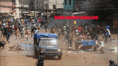 Manifestation à Conakry un pickup de la police caillase
