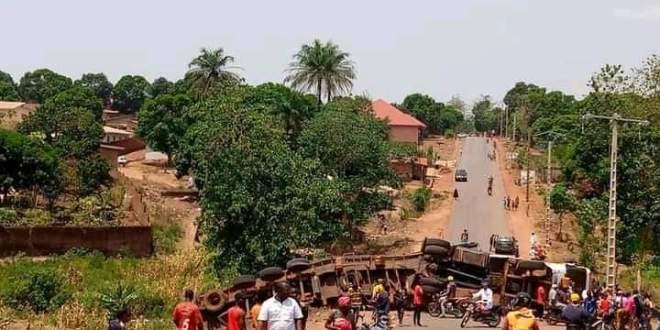 Un camion remorque vient de se renverser à wondy sur la nationale kindia-Mamou