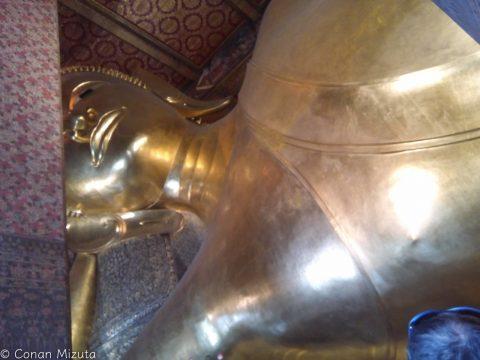 超大きい寝釈迦仏。なぜ乳首。。
