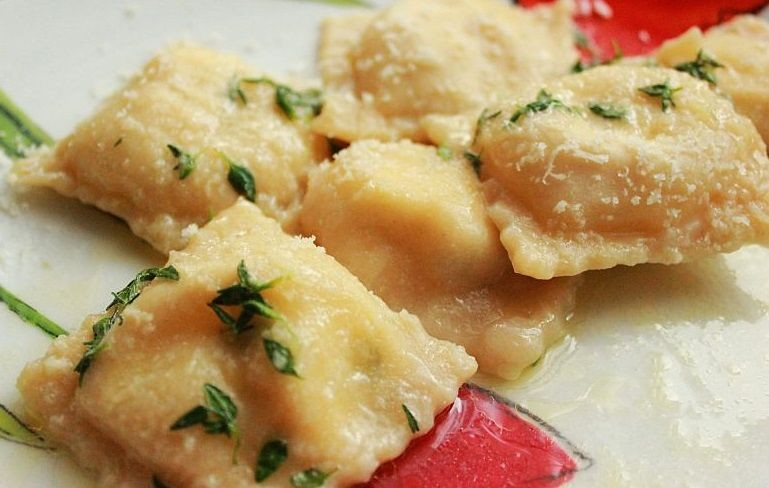 Ravioli serowo-bazyliowe z masłem tymiankowym