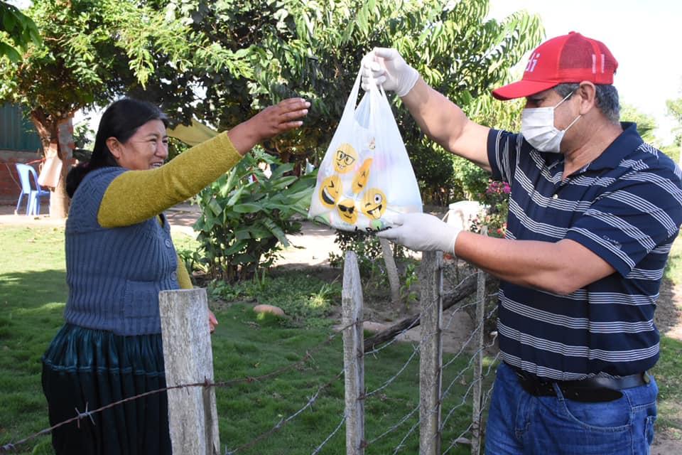 Entregan víveres en su casa a familias de condición humilde y de escasos recursos afectados por emergencia sanitaria en Montero por Covid – 19.