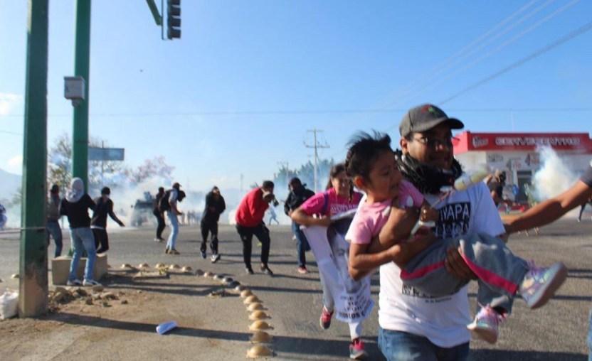 Chiapas Normalistas - Padres de los 43 seguirán en Chiapas hasta que se recupere el normalista herido por policías - #Noticias