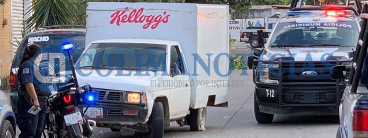 persecución policiaca en Tecomán - Con balazos y atravesando vehículos, detienen a repartidor que huía con camioneta desde Michoacán - #Noticias