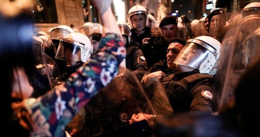 259b55158d3bf87890e8477c5ae3bb3f94a9acfa - Policía lanza gas lacrimógeno y carga contra mujeres que participan en marcha del 8M en Turquía - #Noticias