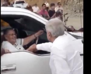 Amlo saluda mamá de Chapo - AMLO saluda a la mamá de »El Chapo Guzmán» en Badiraguato, Sinaloa
