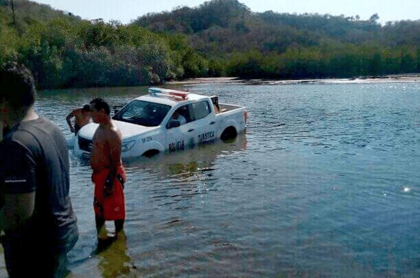 Camioneta policia turistica - Camioneta de Policía Turística de Manzanillo se hunde en Laguna