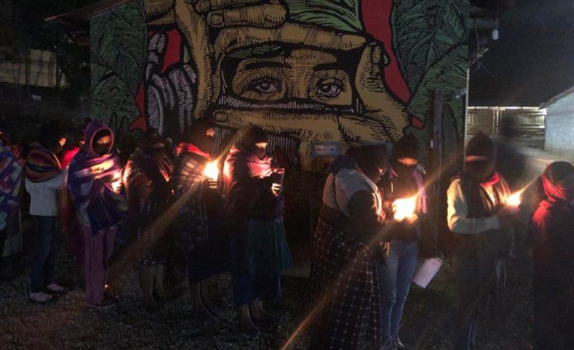 """Zapatistas 8M - Con velas en mano, mujeres zapatistas exigen """"muerte a los gobiernos machistas"""" - #Noticias"""
