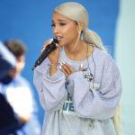 Ariana Grande. e1587420818662 - Ariana Grande se deja ver rubia platinada y con un sexy vestido blanco