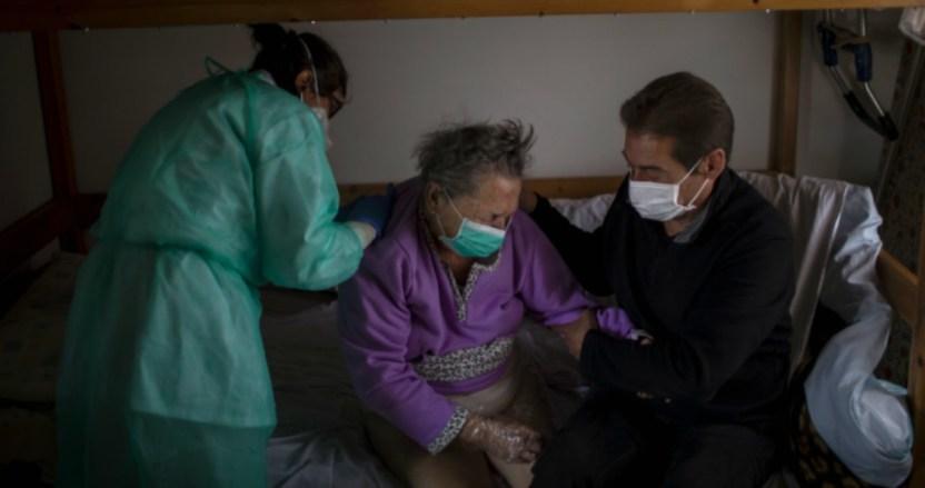 tercera edad espana asilos - FOTOS: El COVID-19 despoja de las redes de seguridad social a los adultos mayores en España