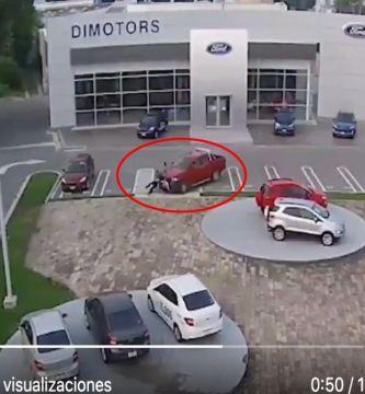 VIDEO  Conductor atropella a delincuentes en agencia de Ford luego de que lo asaltaran - VIDEO: Conductor atropella a delincuentes en agencia de Ford luego de que lo asaltaran