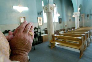 gettyimages 1136740 scaled - Una chica se sentó en el césped de una iglesia en Los Ángeles. Lo que pasa después, es racismo