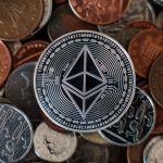 """GettyImages 951165958 - El IRS ofrece una recompensa de $625,000 dólares a quién descifre la moneda virtual """"Monero"""" e investigue transacciones de organizaciones criminales"""