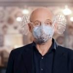 mascarilla 1 - VIDEO: Director de orquesta crea mascarilla con 2 manos de plástico para disfrutar más de conciertos