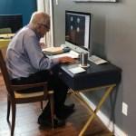 """profesor 91s - Profesor de 91 años disfruta dando clases virtuales. Se maneja como un """"experto"""" con la tecnología"""