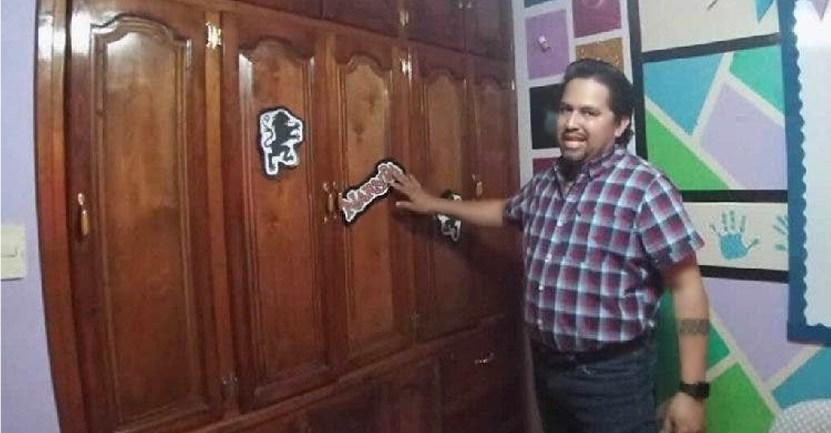"""profesor narnia armario  - Creativo profesor usa un armario para """"viajar a Narnia"""" y motivar a sus estudiantes. Eso es vocación"""