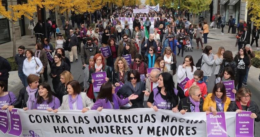 1fd267d26c7feb53adca040a74b90f5ae2b426c9 1 - España honra con un minuto de silencio y despliegue de color morado a víctimas de violencia machista