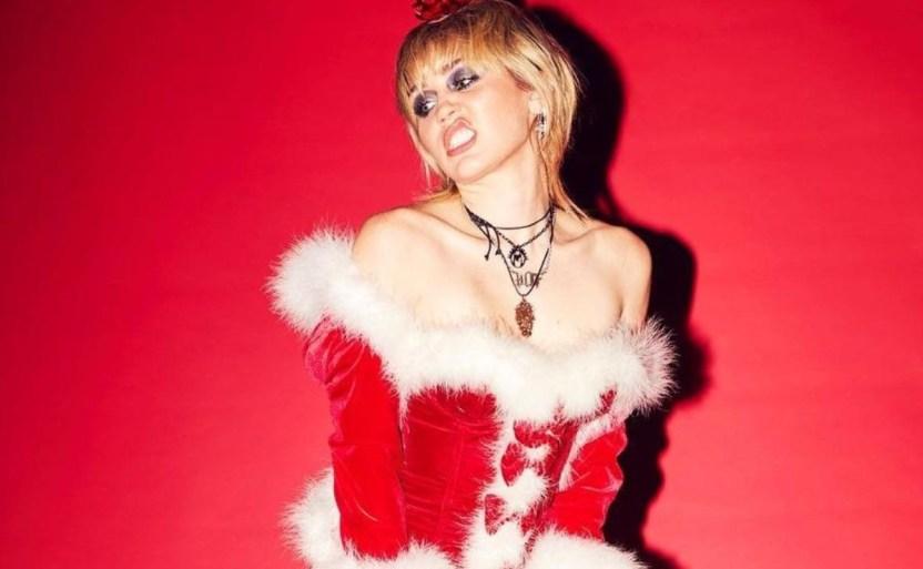132452538 881057429380858 3963381806517410433 n crop1609318395487.jpg 242310155 - Miley Cyrus enciende las redes con frenética sesión navideña