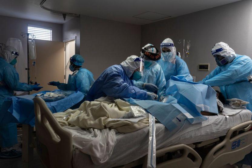 GettyImages 1229570053 - Paciente con COVID-19 mata a anciano en hospital en Los Ángeles
