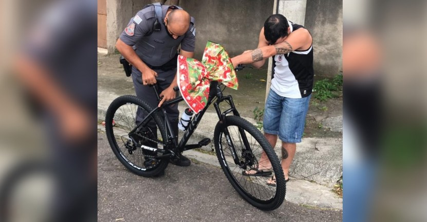 bicicleta regalo - Policía le dona una bicicleta a repartidor de comida que no tenía transporte. Un generoso operativo