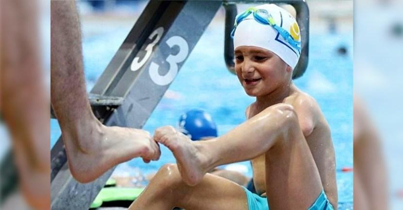 deportista del ano bosnia nino brazos - Ismail, el pequeño atleta sin brazos que fue elegido deportista del año en Bosnia. Practica natación