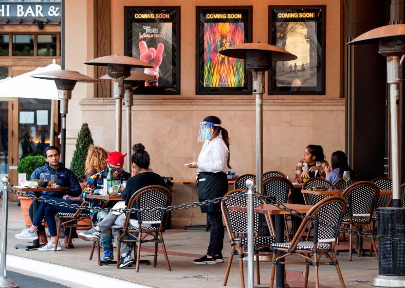 GettyImages 1230844302 - Tras dos meses de restricciones, desde este viernes regresan los restaurantes al aire libre en Los Ángeles