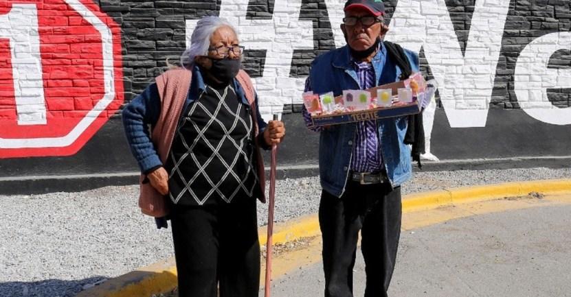 abuelitos paletas - Pareja de abuelitos vende dulces para costear medicamentos y pañales. Trabajan 6 días a la semana