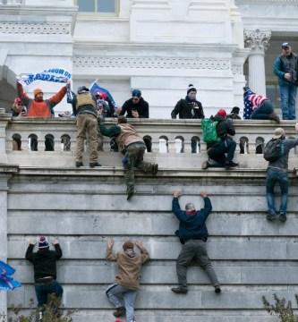 capitolio 3 - Autoridades detienen al manifestante que, sonriente, cargó un atril durante asalto al Capitolio