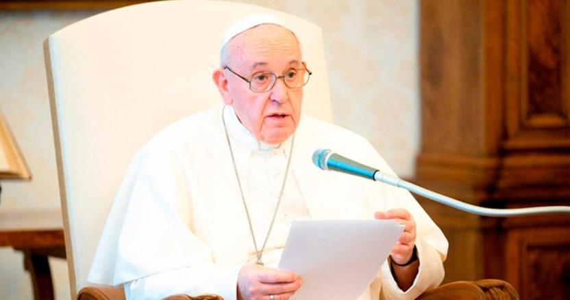 """papa 1 - El Papa cambia la Ley y deja fuera –nada nuevo– a las mujeres del sacerdocio. Les permitirá """"leer"""""""