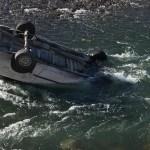 policia rio - Policía arriesga su vida para sacar a mujer que cayó con su auto a río congelado. Aún quedan buenos