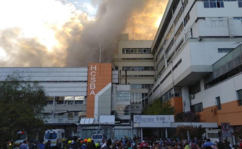 por un fuerte incendio evacxan a mxs de 300 pacientes de un hospital en el centro de santiago de chile 2 1 crop1612021746601.jpg 242310155 - Evacúan decenas de pacientes de hospital en Santiago por incendio