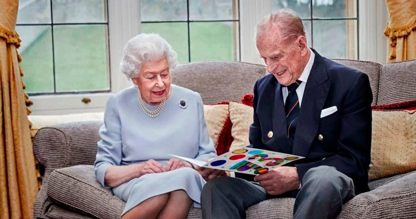 reina principe - La reina Isabel II del Reino Unido y su esposo, el príncipe Felipe, reciben la vacuna contra la COVID